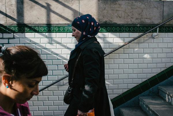 Francja, gdzie Muzułmanie stanowią około 8% populacji, już od dłuższego czasu wyraża swoje niezadowolenie z powodu zakryć głowy, które noszą Muzułmanki.