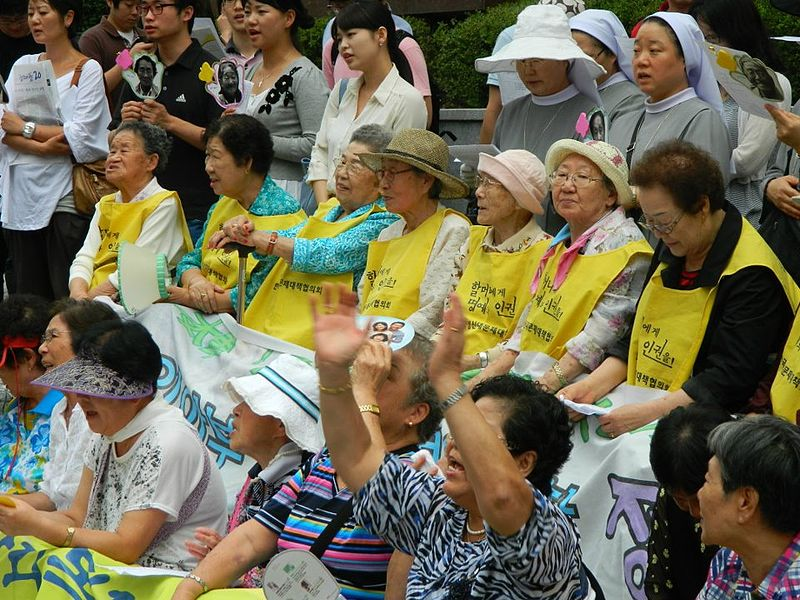 800px-Comfort_Women,_rally_in_front_of_the_Japanese_Embassy_in_Seoul,_August_2011_(2)