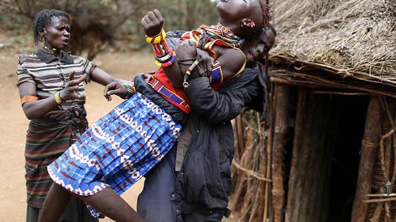Na zdjęciu dziewczyna z plemienia Pokot (Kenia) zatrzymana w czasie próby ucieczki przed przymusowym małżeństwem. (Siegfried Modola/Reuters)