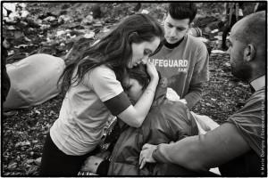 Lesbos, Grèce. Sunduz, 34 ans, Kurde d'Irak, a fui, il y a trois mois, Mossoul et Daech, avec son mari et ses deux jeunes enfants. Enceinte de deux mois et en état de choc après la traversée en bateau, elle a fait un malaise à son arrivée sur la plage.