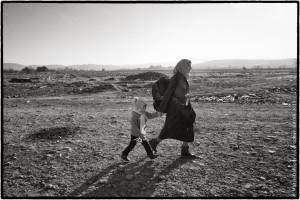 Gevgelija, Macédoine. Une fois la frontière entre la Grèce et la Macédoine franchie, les réfugiés doivent marcher quelques centaines de mètres avant d'atteindre le camp de transit de Gevgelija. Pour les plus âgés, les invalides et les handicapés, ainsi que pour les femmes avec des enfants en bas-âge, c'est une épreuve supplémentaire.